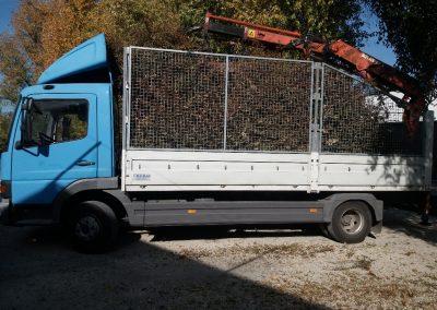 Zöldhulladék szallító teherautó