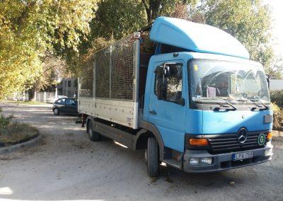 Zöldhulladék szállító teherautó